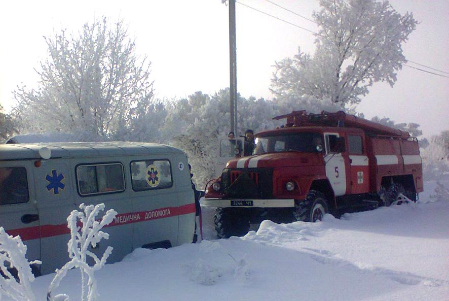 Через засніжену дорогу, медики не могли потрапити до хворого пацієнта у віддаленому селі